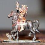 Fertig ausgedruckte und bemalte Heroforge-Figur eines Reiters mit Falken auf dem Arm und Katze am Boden