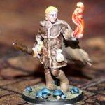 Fertig ausgedruckte und bemalte Heroforge-Figur eines Zauberers mit Flamme in der Hand